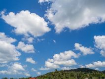 Beau, cumulus dans le ciel bleu photographie stock libre de droits