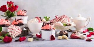 Beau cupecake de chocolat avec la meringue Photo stock