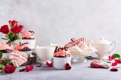 Beau cupecake de chocolat avec la meringue Photo libre de droits