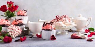 Beau cupecake de chocolat avec la meringue Photographie stock libre de droits