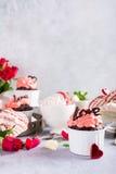 Beau cupecake de chocolat avec la meringue Photos libres de droits