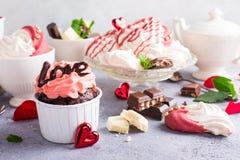 Beau cupecake de chocolat avec la meringue Image libre de droits