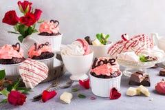 Beau cupecake de chocolat avec la meringue Images stock