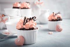 Beau cupecake de chocolat avec le coeur Photos stock