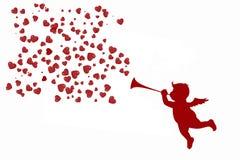 Beau cupidon avec une trompette et des coeurs rouges illustration libre de droits