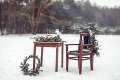 Beau décor d'hiver pour la séance photos de mariage sur la rue dans le style rustique Photos stock
