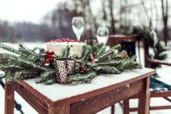 Beau décor d'hiver pour la séance photos de mariage sur la rue dans le style rustique Photographie stock libre de droits