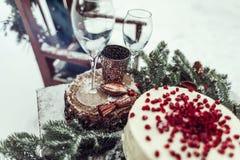 Beau décor d'hiver pour la séance photos de mariage sur la rue dans le style rustique Photo libre de droits