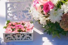 Beau décor de mariage des fleurs Photographie stock libre de droits