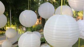 Beau décor de plan rapproché pour une partie des lanternes de Chinois de livre blanc clips vidéos
