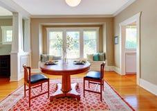 Beau décor de salle à manger avec le beige, le bleu et le rouge. images stock
