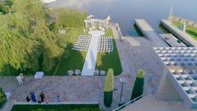 Beau décor l'épousant dans la couleur blanche, un bel endroit pour une cérémonie l'épousant banque de vidéos