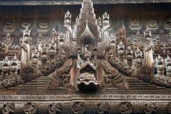 Beau découpage dans le monastère en bois de teck Photo stock