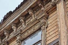 Beau découpage en bois sur un bâtiment résidentiel antique vieux d'un siècle images libres de droits