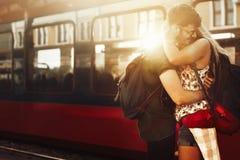 Beau départ de couples à la station de train image libre de droits