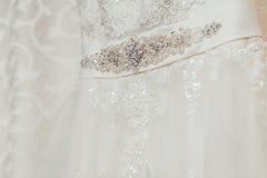 Beau détail crème de robe de mariage avec des fleurs Photographie stock libre de droits