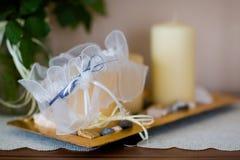 Beau détail de bretelle de bas de mariage Photo stock