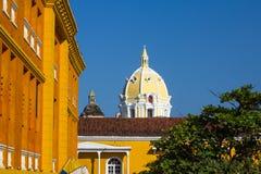 Beau dôme jaune de San Pedro Claver Church, Carthagène, col image libre de droits