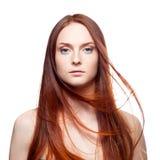 Beau d'une chevelure rouge avec les cheveux venteux Photo libre de droits