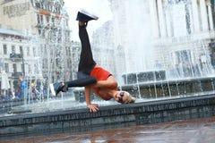 Beau danseur moderne féminin exécutant dehors photos libres de droits