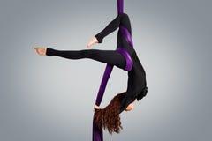 Beau danseur sur la soie aérienne, contorsion aérienne Photographie stock libre de droits