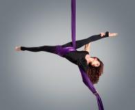 Beau danseur sur la soie aérienne, contorsion aérienne Photo stock