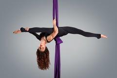 Beau danseur sur la soie aérienne, contorsion aérienne Photo libre de droits
