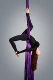 Beau danseur sur la soie aérienne, contorsion aérienne Image libre de droits