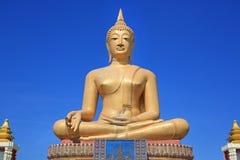 Beau de grand Bouddha d'or sur le fond de ciel bleu dans Singburi, Thaïlande photo stock