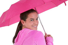 Beau de l'adolescence avec des supports sous un parapluie rose Photos libres de droits