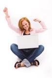 Beau de l'adolescence couvert de taches de rousseur avec l'ordinateur Image libre de droits