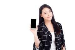 Beau de la femme de portrait avec le sourire et le téléphone portable intelligent d'apparence heureuse sur le fond blanc photographie stock