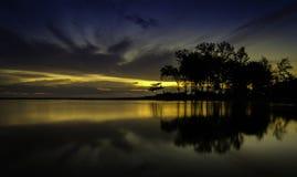 Beau de la réflexion pendant le lever de soleil Image libre de droits