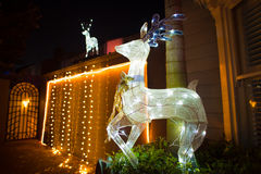 Beau decocation extérieur de maison d'affichage de lumières de Noël Photographie stock libre de droits