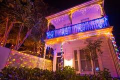 Beau decocation extérieur de maison d'affichage de lumières de Noël Images stock