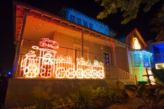 Beau decocation extérieur de maison d'affichage de lumières de Noël Photographie stock