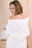 Beau dos de femme avec le bathdrobe dans la station thermale photographie stock libre de droits