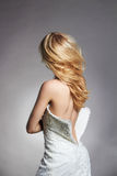 Beau dos sexy de femme blonde de jeune mariée images stock