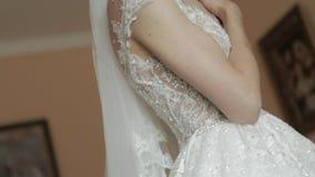 Beau dresset de jeune mariée dans la robe de mariage à l'hôtel Femme de cheveu blond vidéo clips vidéos