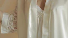 Beau dresset de jeune mariée dans la robe de mariage à l'hôtel Femme de cheveu blond vidéo banque de vidéos