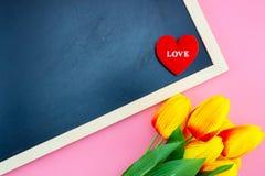 Beau du coeur jaune de fleur et de tableau, de tableau noir et d'oreiller de tulipe formez avec la configuration d'appartement Image stock