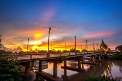 Beau du coucher du soleil au pont au-dessus de Nan River dans la ville de Phitsanulok, Thaïlande photo stock