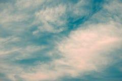 Beau du fond de nuage de cirrocumulus abstrait et de ciel bleu pour la prévision et le concept de météorologie images libres de droits