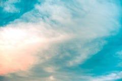 Beau du fond de nuage de cirrocumulus abstrait et de ciel bleu pour la prévision et le concept de météorologie photographie stock libre de droits