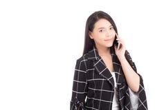 Beau du sourire asiatique de jeune femme de portrait et d'appeler parlant heureux avec le téléphone portable d'isolement photographie stock