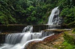 Beau en nature, cascade tropicale de cascade stupéfiante roche humide et moussue, photographie stock libre de droits