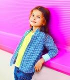 Beau enfant de petite fille de portrait sur le mur rose coloré photographie stock libre de droits