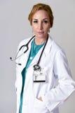 Beau et heureux médecin ou infirmière de DM de femme posant le sourire gai avec le stéthoscope Photos stock