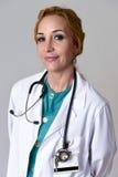 Beau et heureux médecin ou infirmière de DM de femme posant le sourire gai avec le stéthoscope Image libre de droits