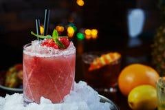 Beau et savoureux cocktail lumineux ou limonade alcoolique avec un chapeau des framboises de glace, en bon état et fraîches surge Image libre de droits